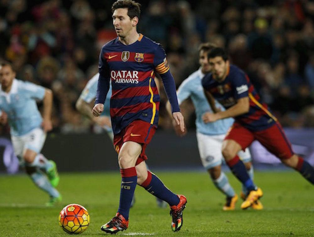 El penal de Leo Messi suscita admiración y controversia