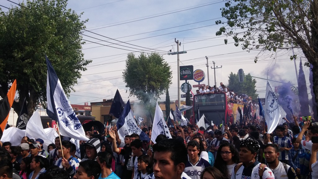 Foto: Sergio Juárez / la hinchada blanquiazul se rindió ante su equipo.