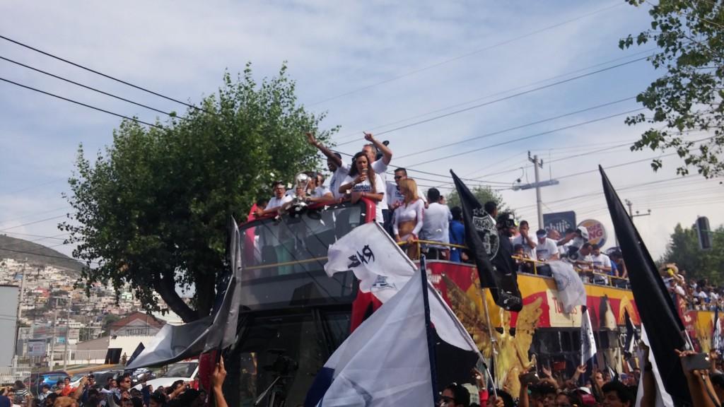 Foto: Sergio Juárez / Las calles de la Bella Airosa, un carnaval blanquiazul.
