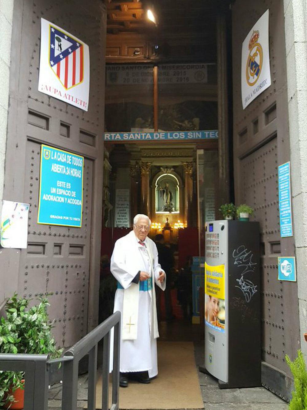 El padre Ángel a la entrada de la iglesia de San Antón, donde los sin techo podrán ver la final de la Champions. Foto: Especial