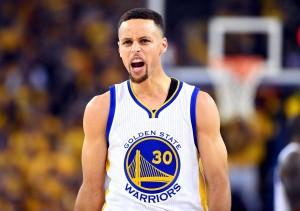 Curry aventó su protector bucal a las gradas tras ser expulsado.