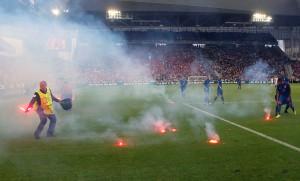 En el partido entre República Checa y Croacia, aficionados lanzaron bengalas a la cancha.