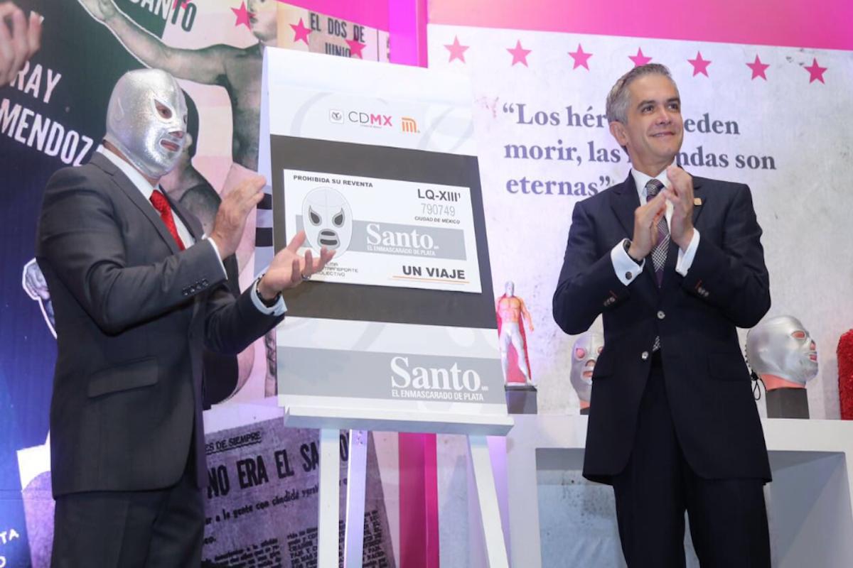 Miguel Ángel Mancera y 'El hijo del Santo' develaron el boleto conmemorativo. Foto: Especial