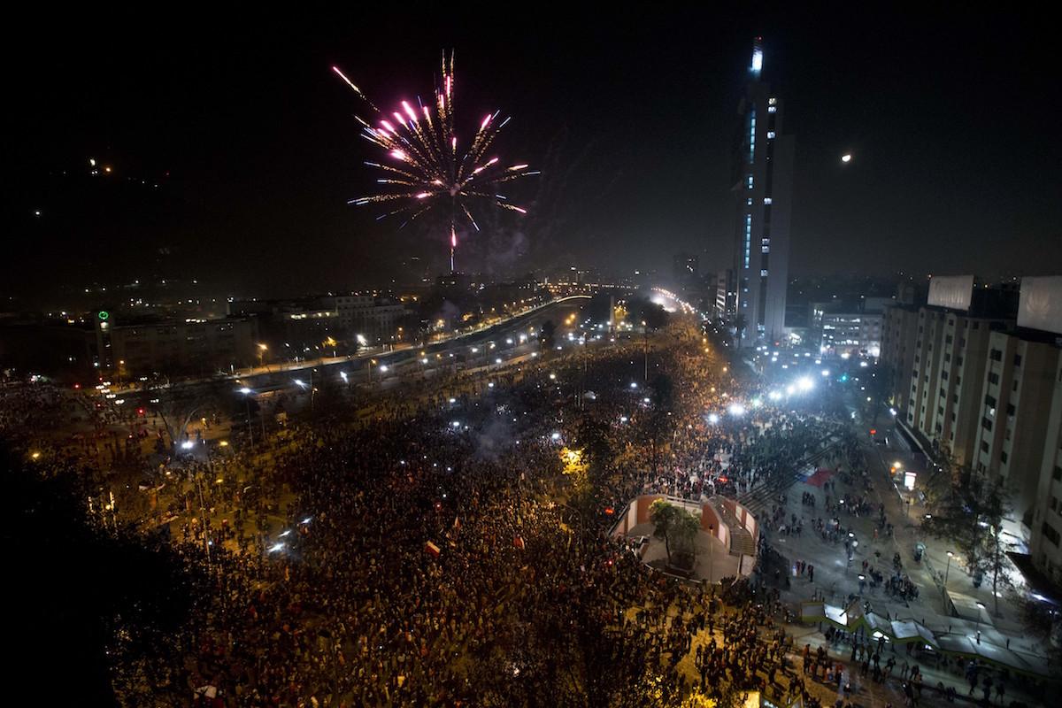 Aficionados chilenos salen a festejar el título de La Roja. Foto: AP