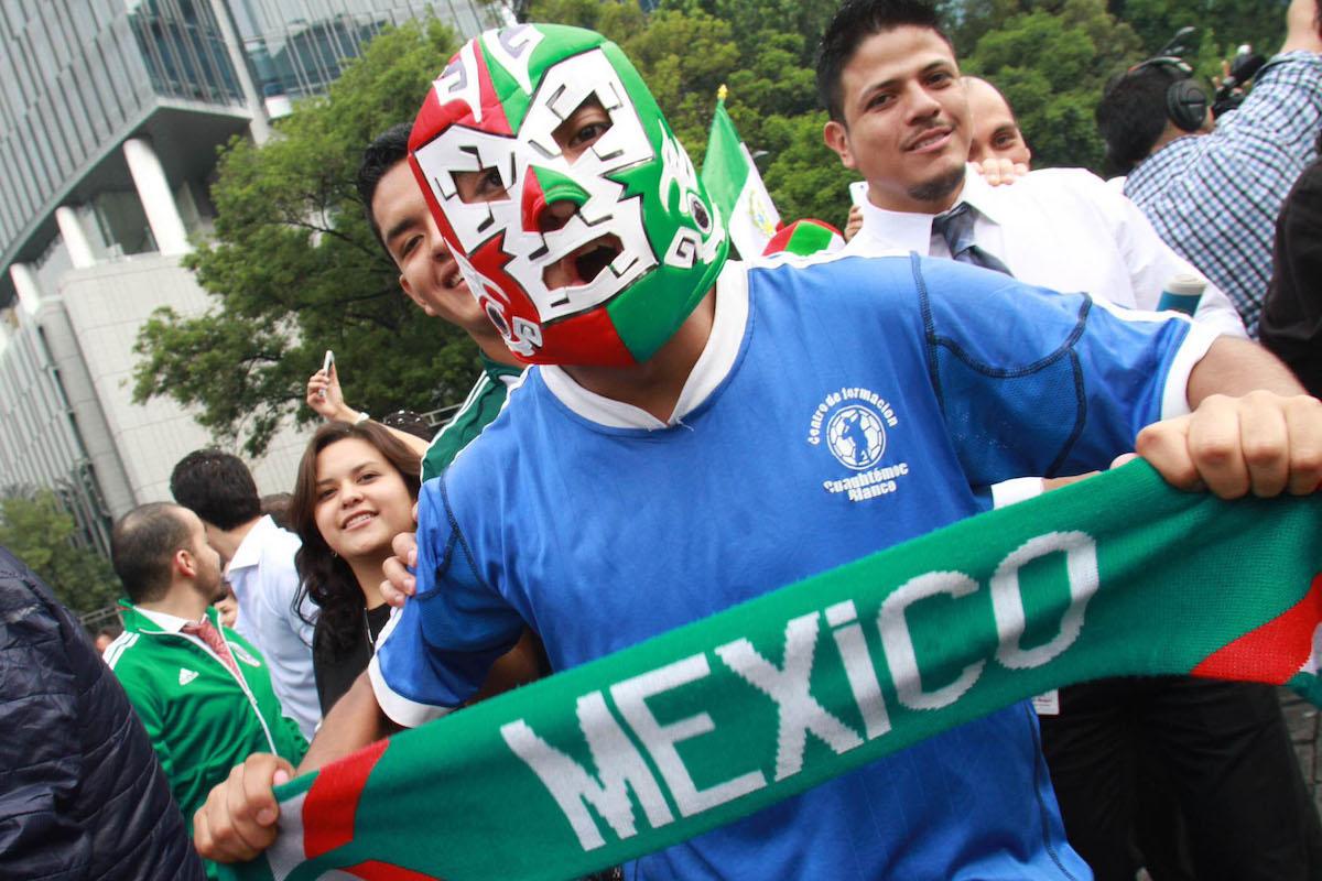 Con máscara y bufanda, nada es demasiado cuando de alentar a México se trata.