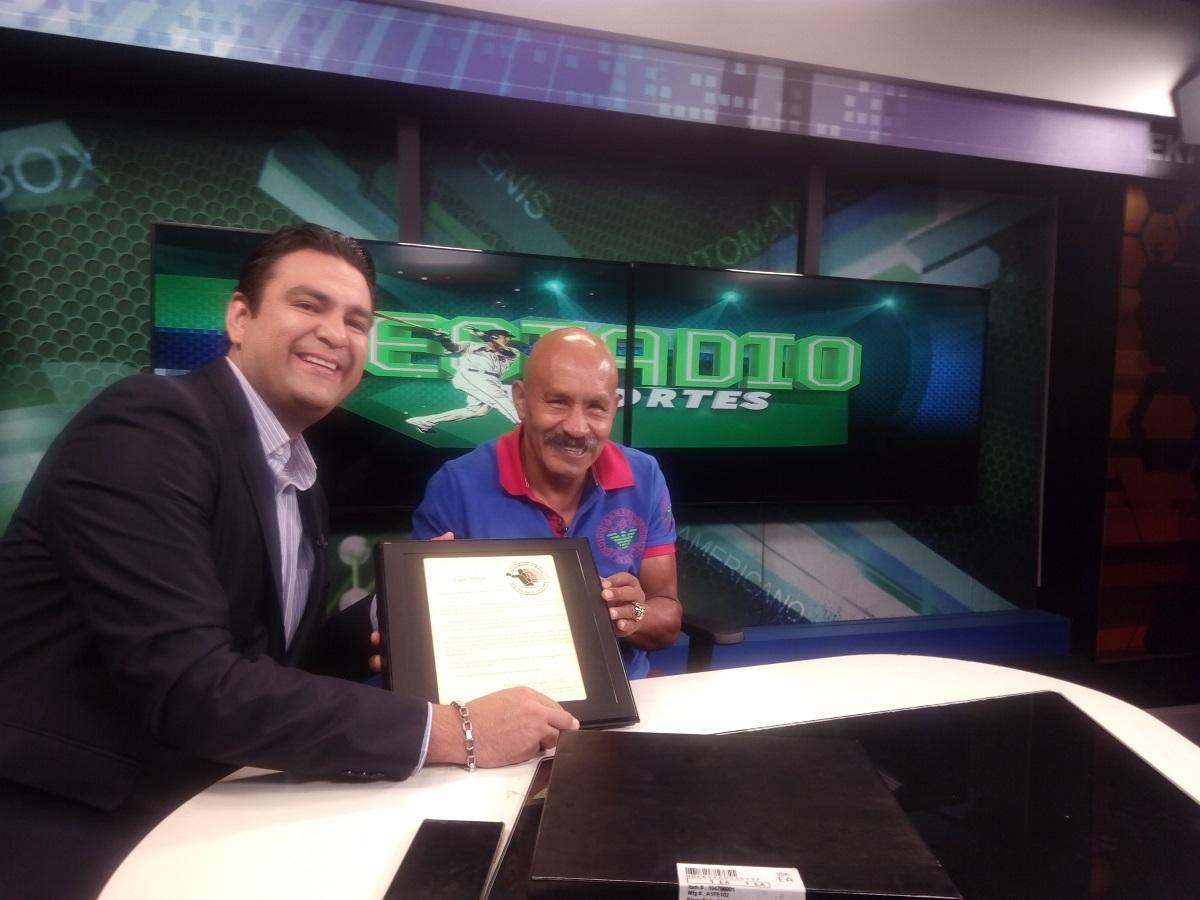 Pintor, junto al periodista Fernando Vargas. Foto: Cortesía