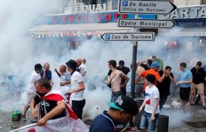 Rusia podría ser expulsada de la Eurocopa si sus aficionados siguen causando disturbios.