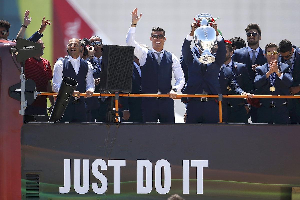 Cristiano Ronaldo celebra con la afición portuguesa. Foto: Reuters