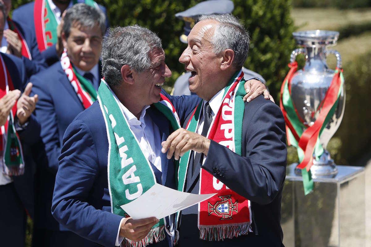 El presidente Marcelo Rebelo de Sousa y el técnico Fernando Santos. Foto: Reuters