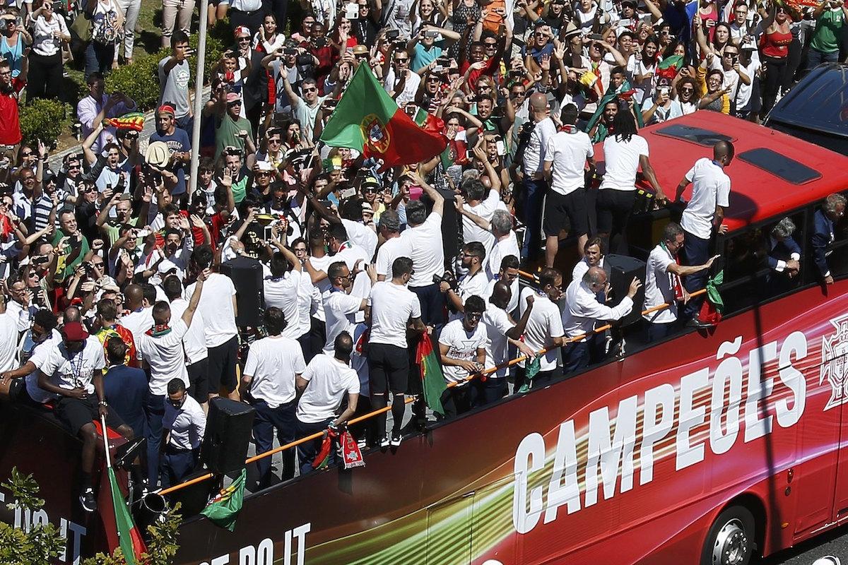 Los campeones desfilan por las calles lusitanas. Foto: Reuters