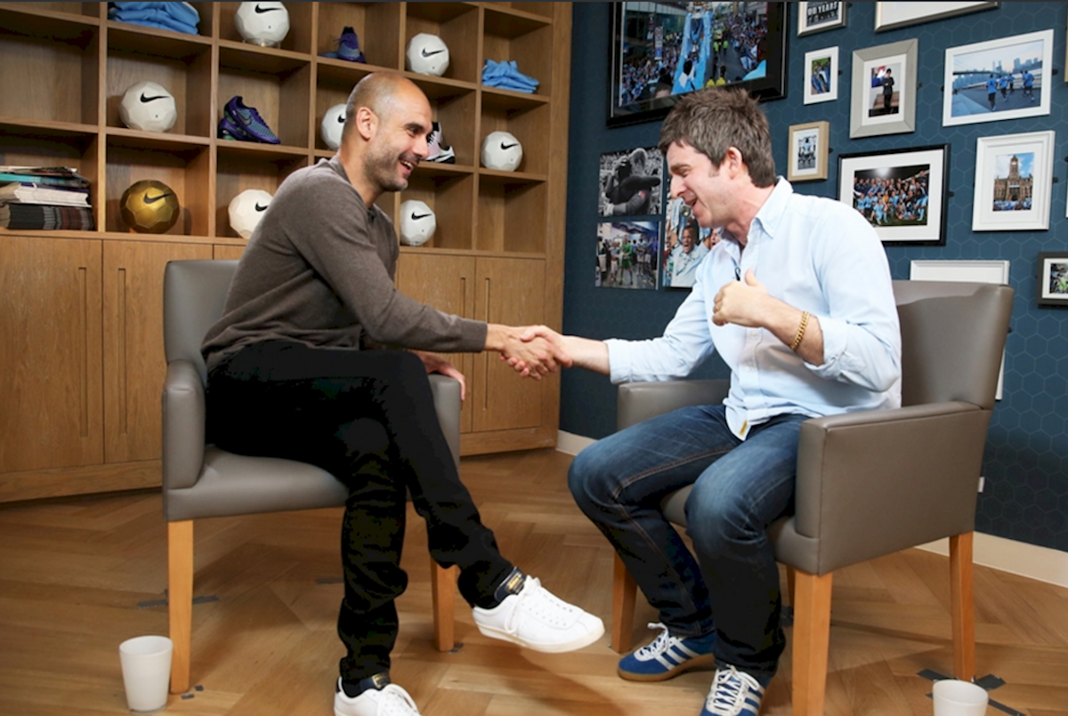 Pep Guardiola y su entrevistador, Noel Gallagher. Foto: Manchester City