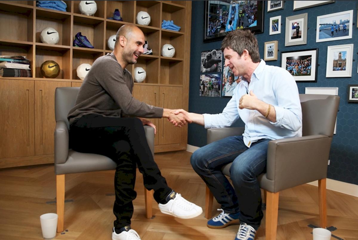 Pep Guardiola y su entrevistador, Noel Gallagher. Foto: Manchester City
