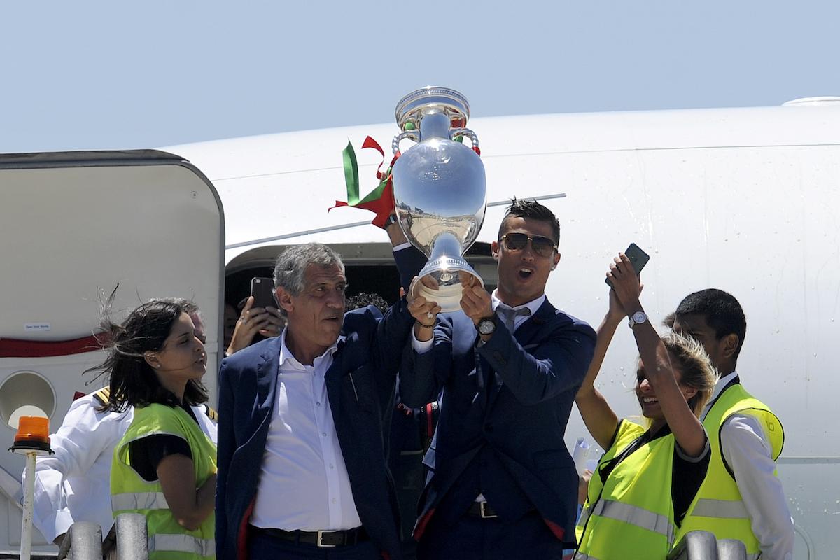 CR7 presume el trofeo de la Eurocopa 2016. Foto: AP