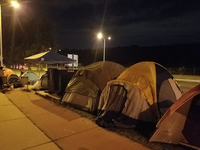 Campamentos de Chivahermanos para adquirir la playera conmemorativa del Rebaño. Foto: @_ACJG_