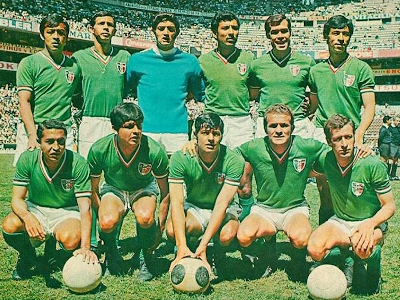 6) Mundial México 1970. El verde ya era el color del equipo, para el mundial en casa, se optó por un cuello en 'V' con la tricolor. El escudo no tenía rivalidad en el pecho