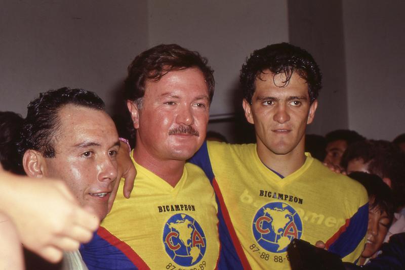 Higo Kisse, Emilio Diez Barroso y Carlos Hermosillo festejan el título de liga en 1989. Foto: Mexsport