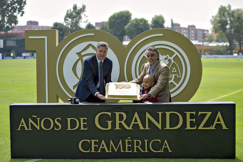 Ricardo Pelaez y Jose Romano en la presentación del pastel conmemorativo de los 100 años.