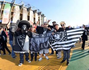 Fanáticos de Raiders en el Azteca. FOTO: REUTERS