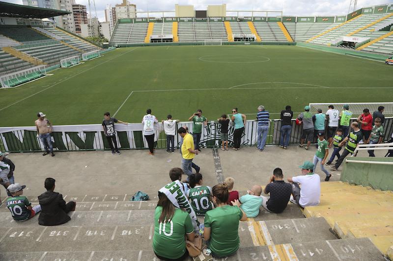 Los aficionados del Chapecoense sufren con la tragedia de su equipo. Foto: AP