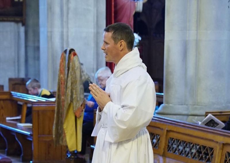 Phillip Mulryne como sacerdote. Foto: Especial