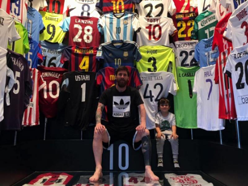 Messi presume colección de jerseys