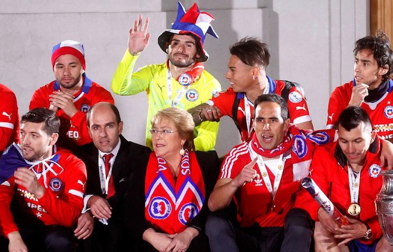 Presidenta de Chile celebra el paso de 'La Roja' a semis