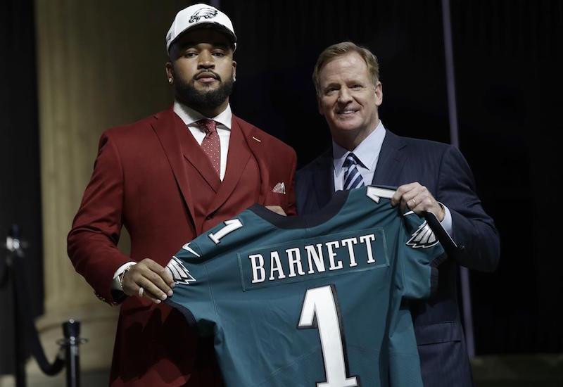 Eagles amarran a Derek Barnett