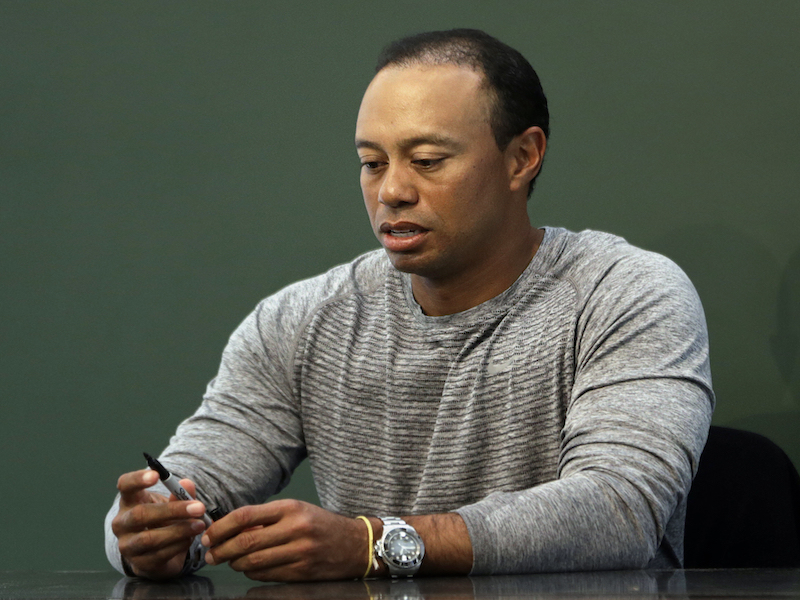 Tiger Woods ingresa a clínica