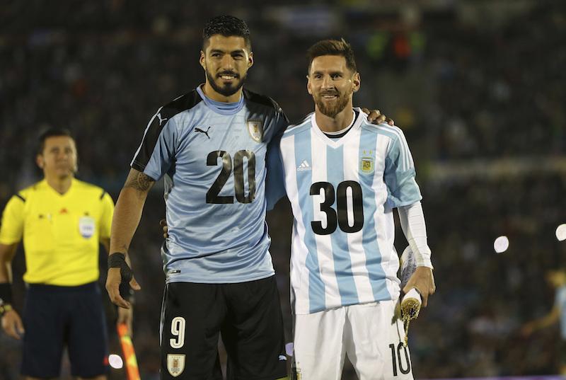 Argentina empata con Uruguay y se mantiene en el borde