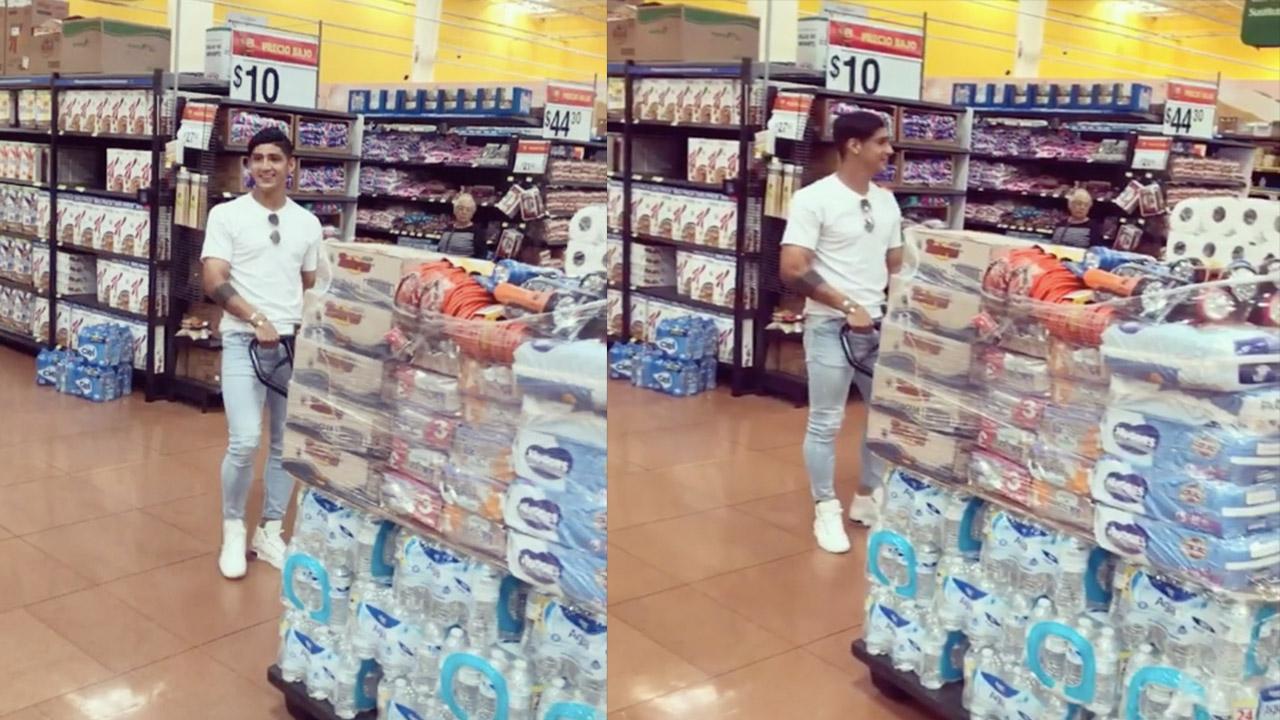 Alan Pulido sale de compras en apoyo a damnificados mexicanos