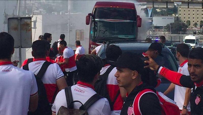 Autobús del Necaxa se incendia en plena avenida de Monterrey