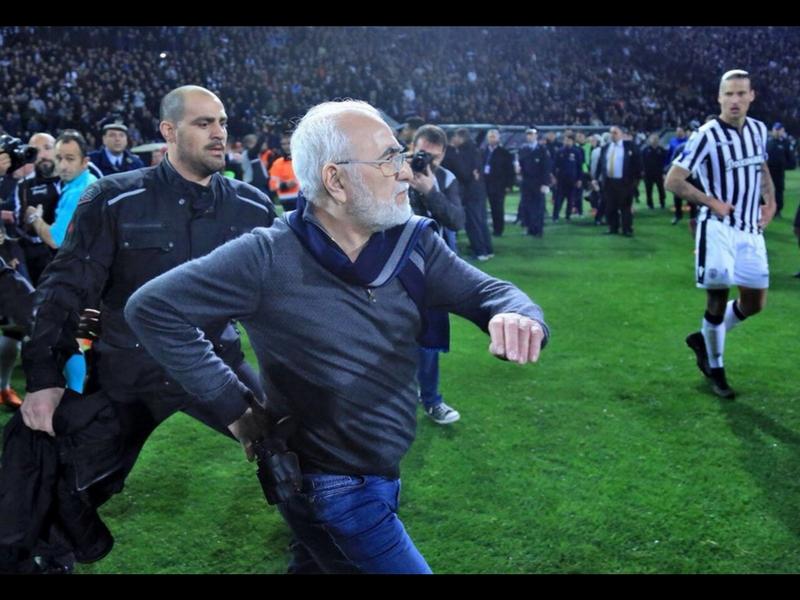 Presidente con pistola provoca suspensión de liga en Grecia