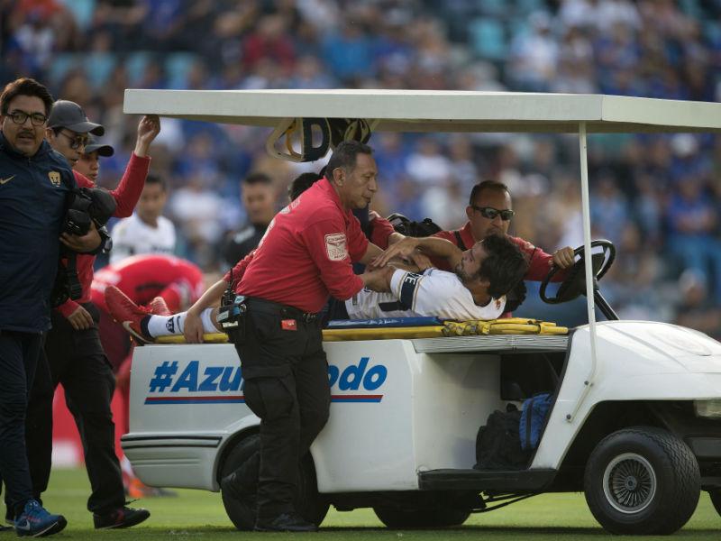 Defensa de Pumas sufre escalofriante lesión