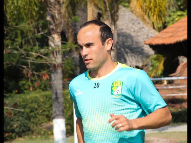 Donovan se vuelve a orinar en una cancha de México