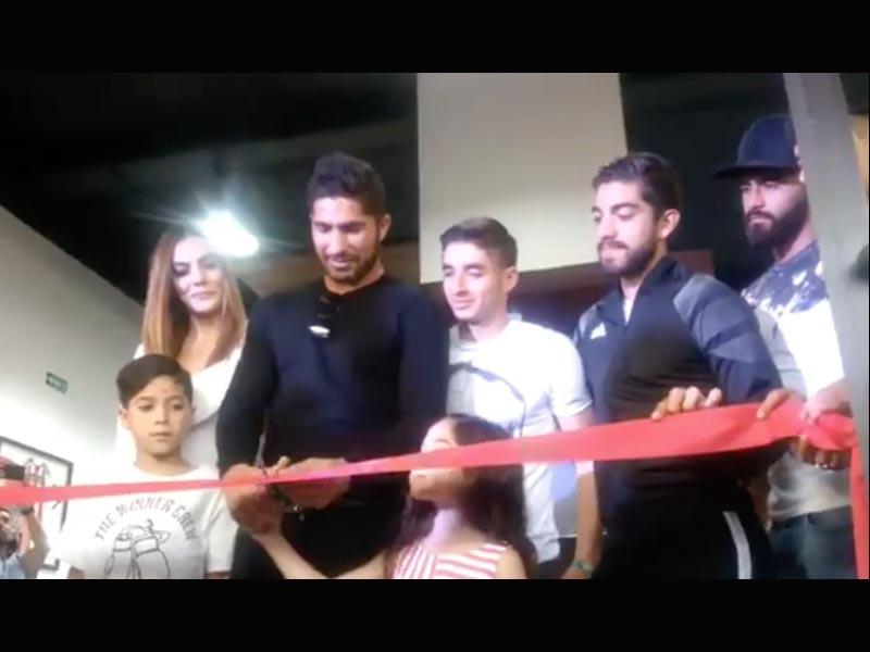 Jair Pereira inaugura su barbería con padrinos de lujo