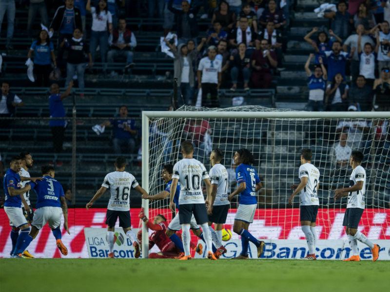 Pumas la 'cruzazulea' de último minuto en el Azul