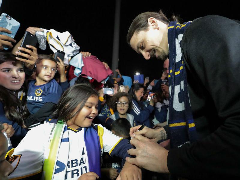 Zlatan llega a Los Ángeles y roba protagonismo a mexicanos