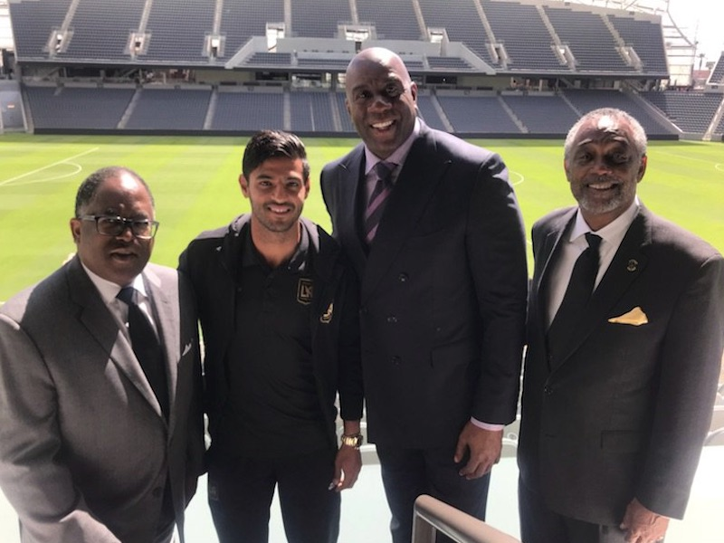 Carlos Vela convive con la leyenda Magic Johnson