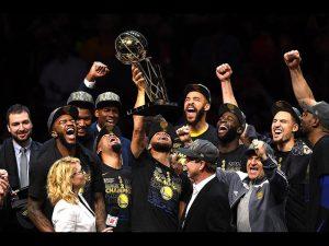 Warriors festejan campeonato de NBA con estas gorras