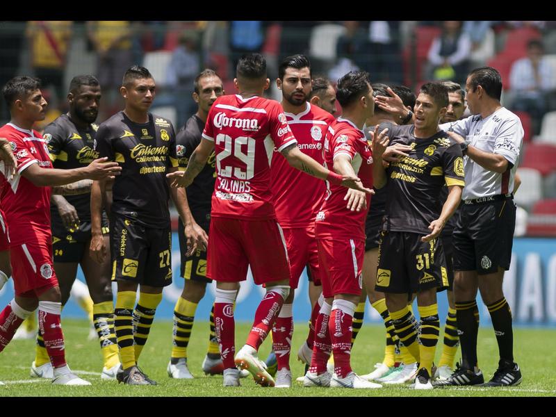 Toluca se lleva el partido con polémica arbitral