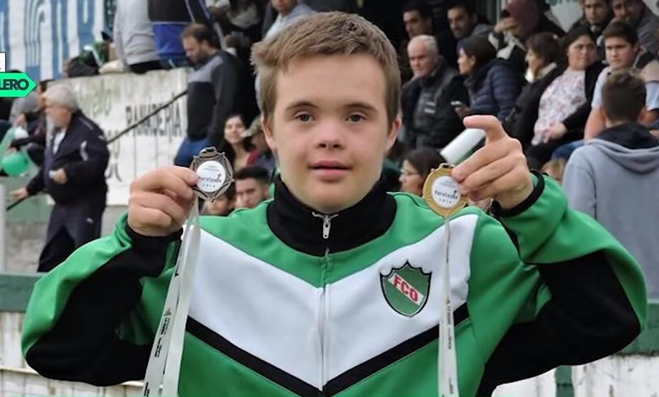 Equipo de fútbol firma contrato a chico con síndrome de Down