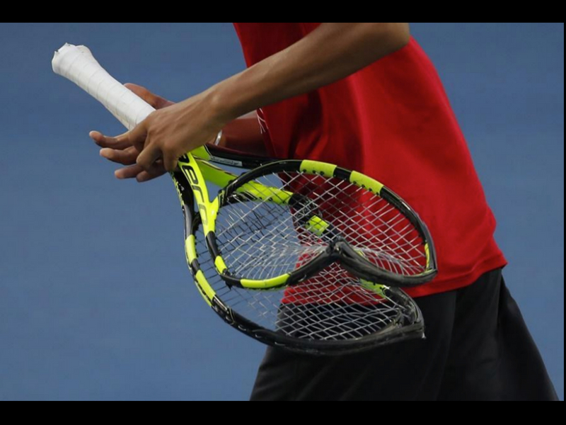 Tenista hace berrinche en pleno juego