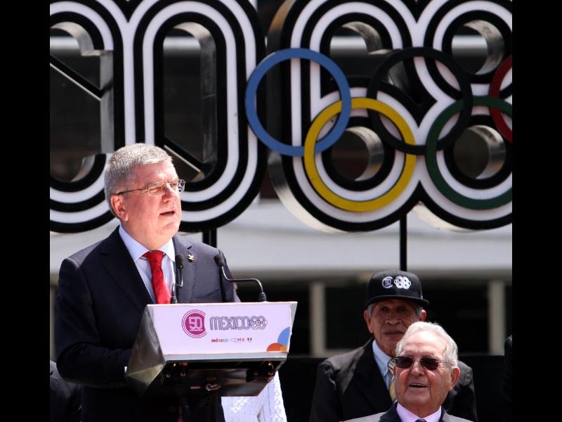 Presidente de COI devela aros olímpicos en México