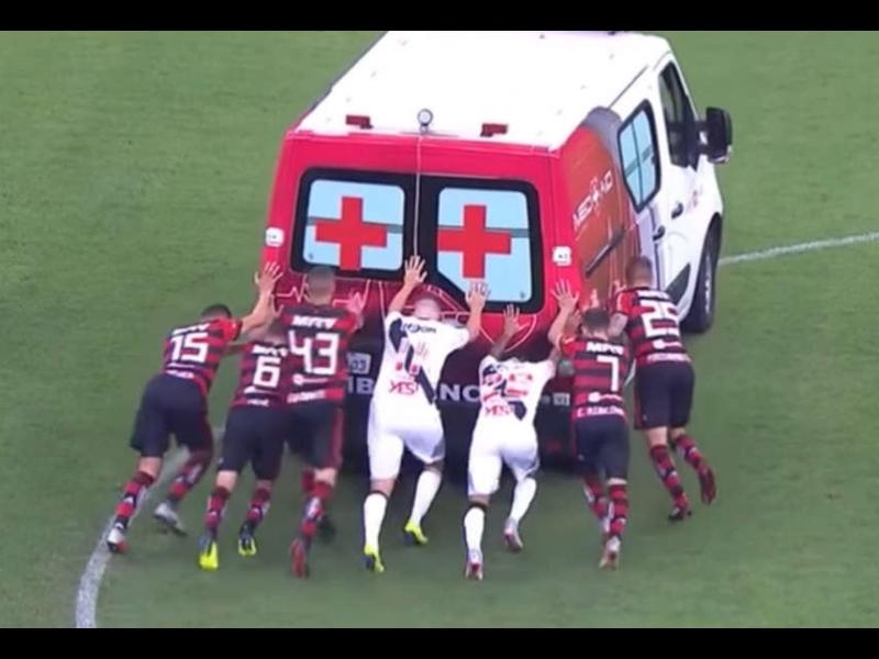 VIDEO: La ambulancia que se atascó en media cancha