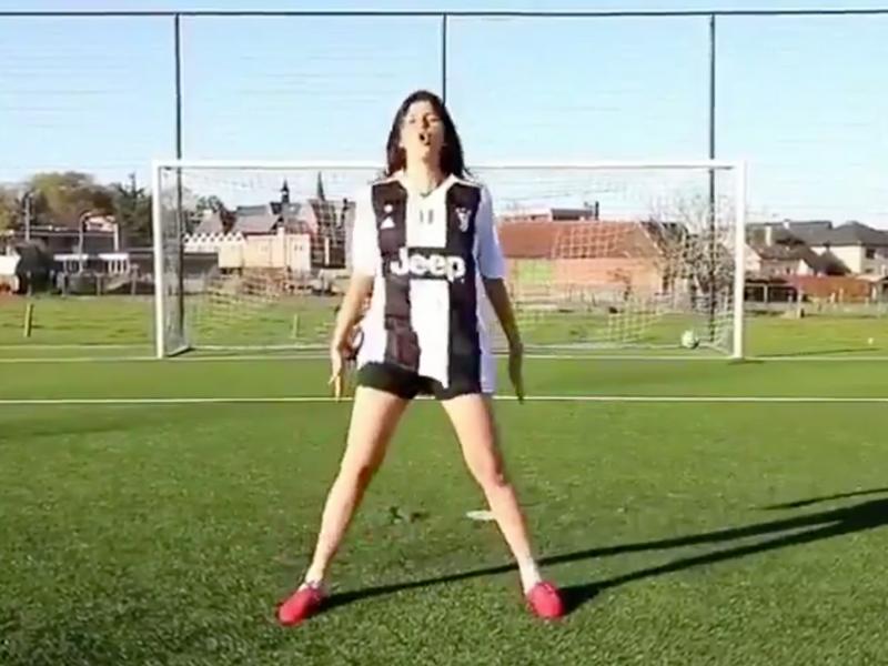¡Impresionante la chica que imita a CR7 y Messi!