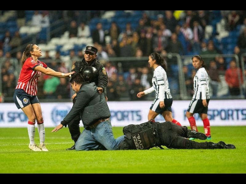 Jugadora de Chivas provocó invasión en el BBVA