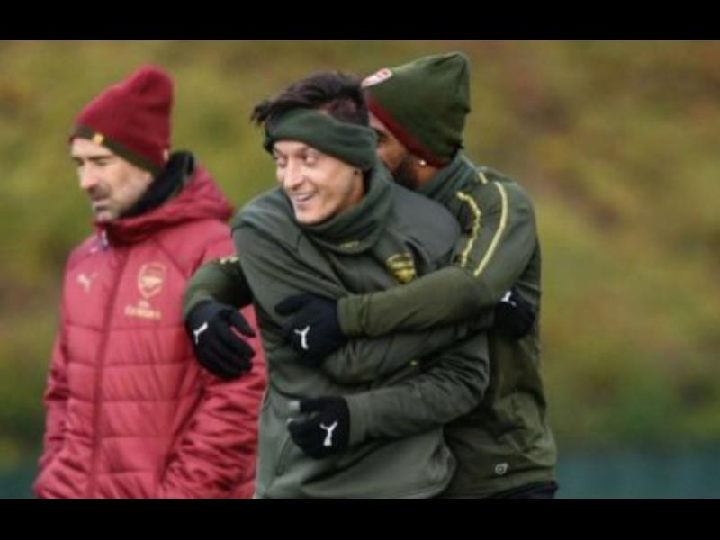 Video: Jugadores del Arsenal inhalan gas de la risa