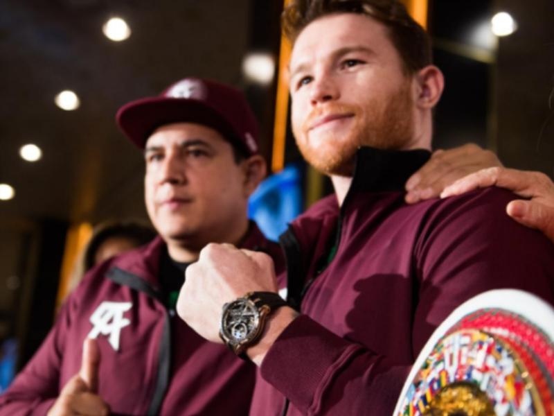 'Canelo' Álvarez celebra victoria con espectacular reloj