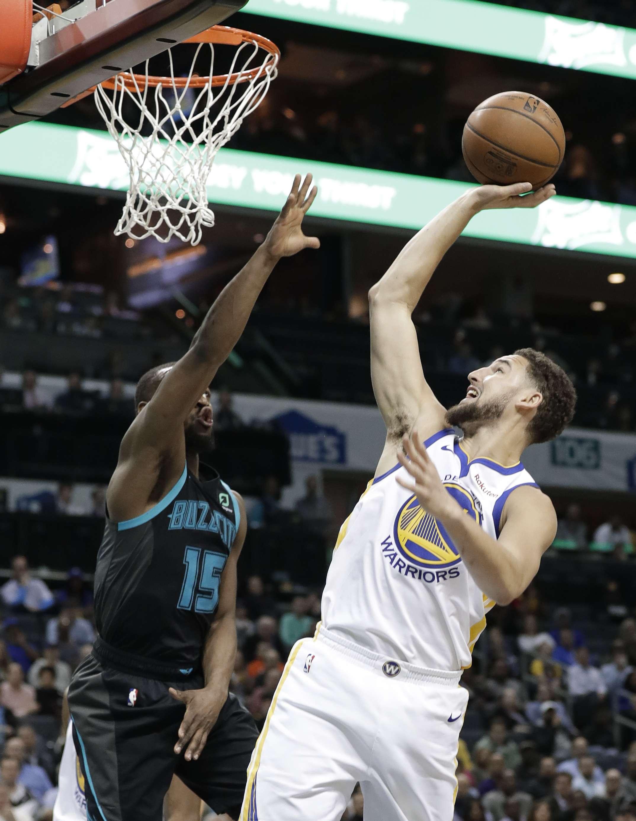 Thompson y Warriors derrotan a Hornets