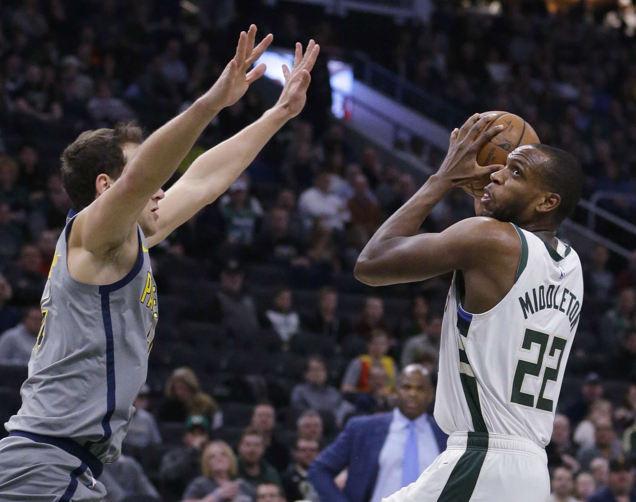 Antetokounmpo y Middleton llevan a Bucks a vencer a Pacers